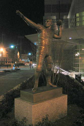 Harry_Agganis_statue